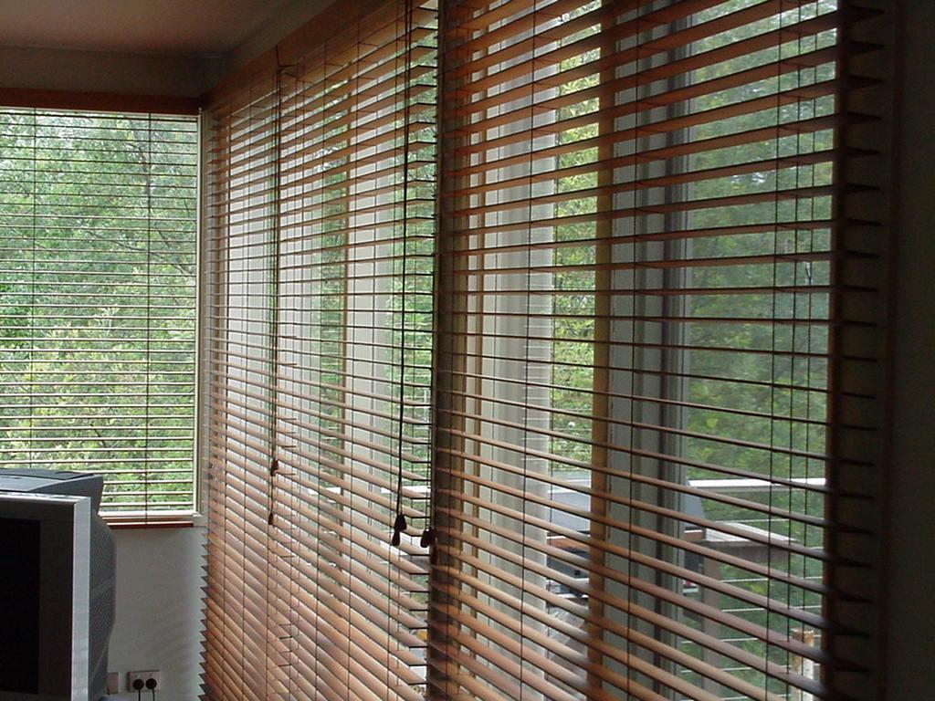 как повесить жалюзи на деревянные окна