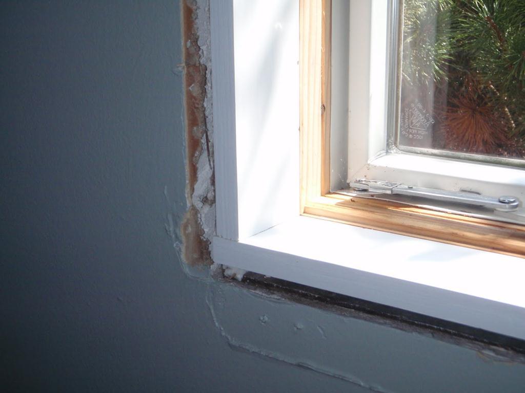 чем замазать пену на окнах
